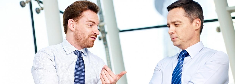 Zakenpartners op kantoor in gesprek