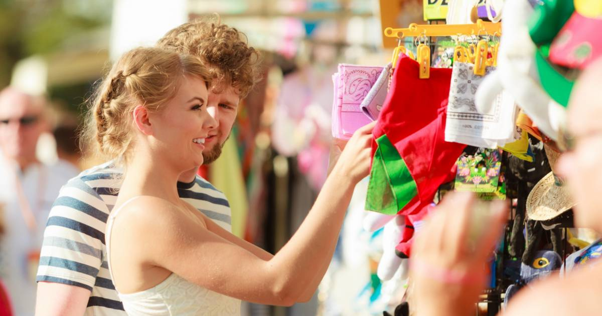 Man en vrouw aan het winkelen
