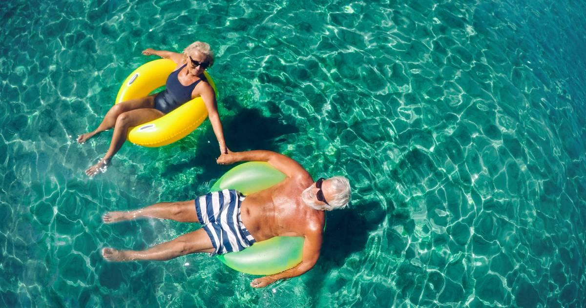 Man en vrouw in een zwemband dobberend in het water