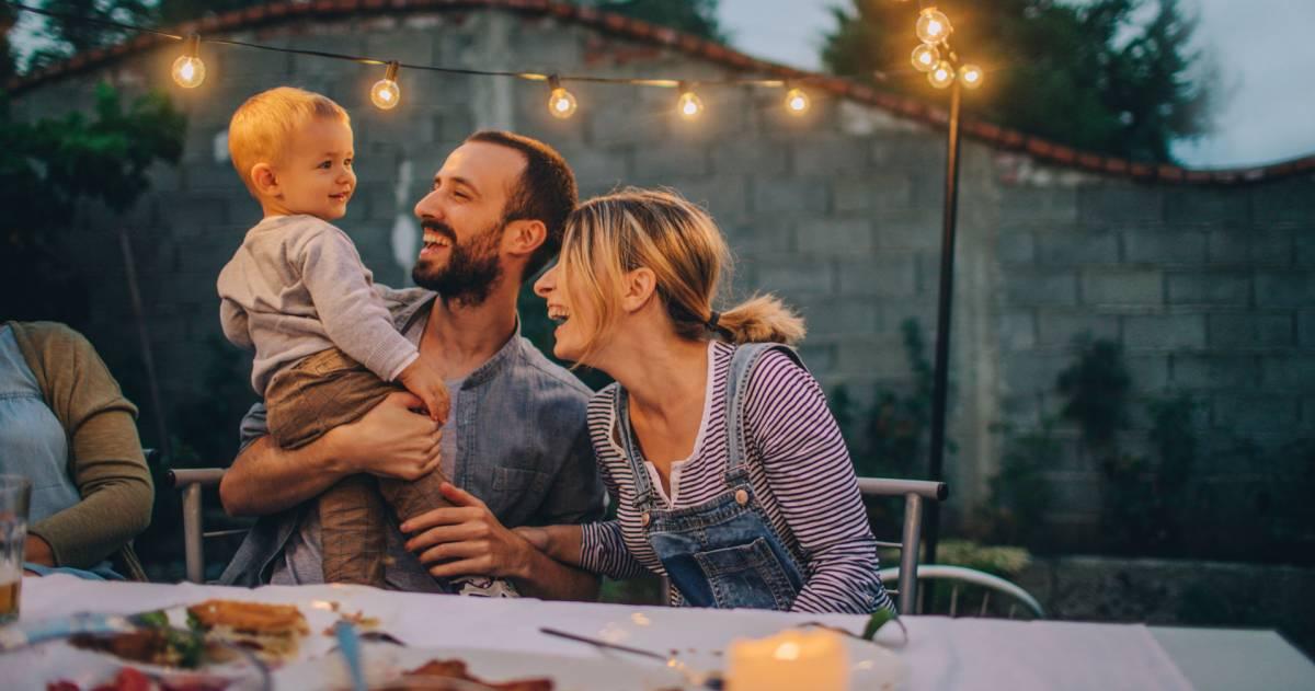 familie geniet van een tuinfeest