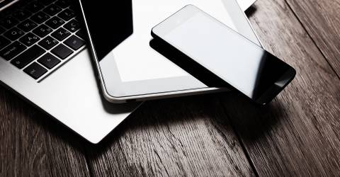 schade particulier, wonen, toetsenbord, tablet, pc, houten bureau