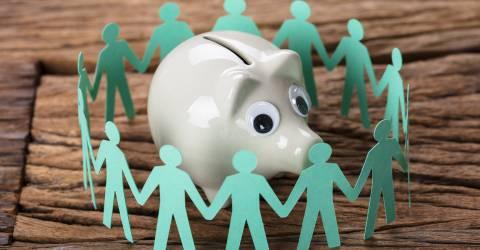 kring mensen om spaarvarken